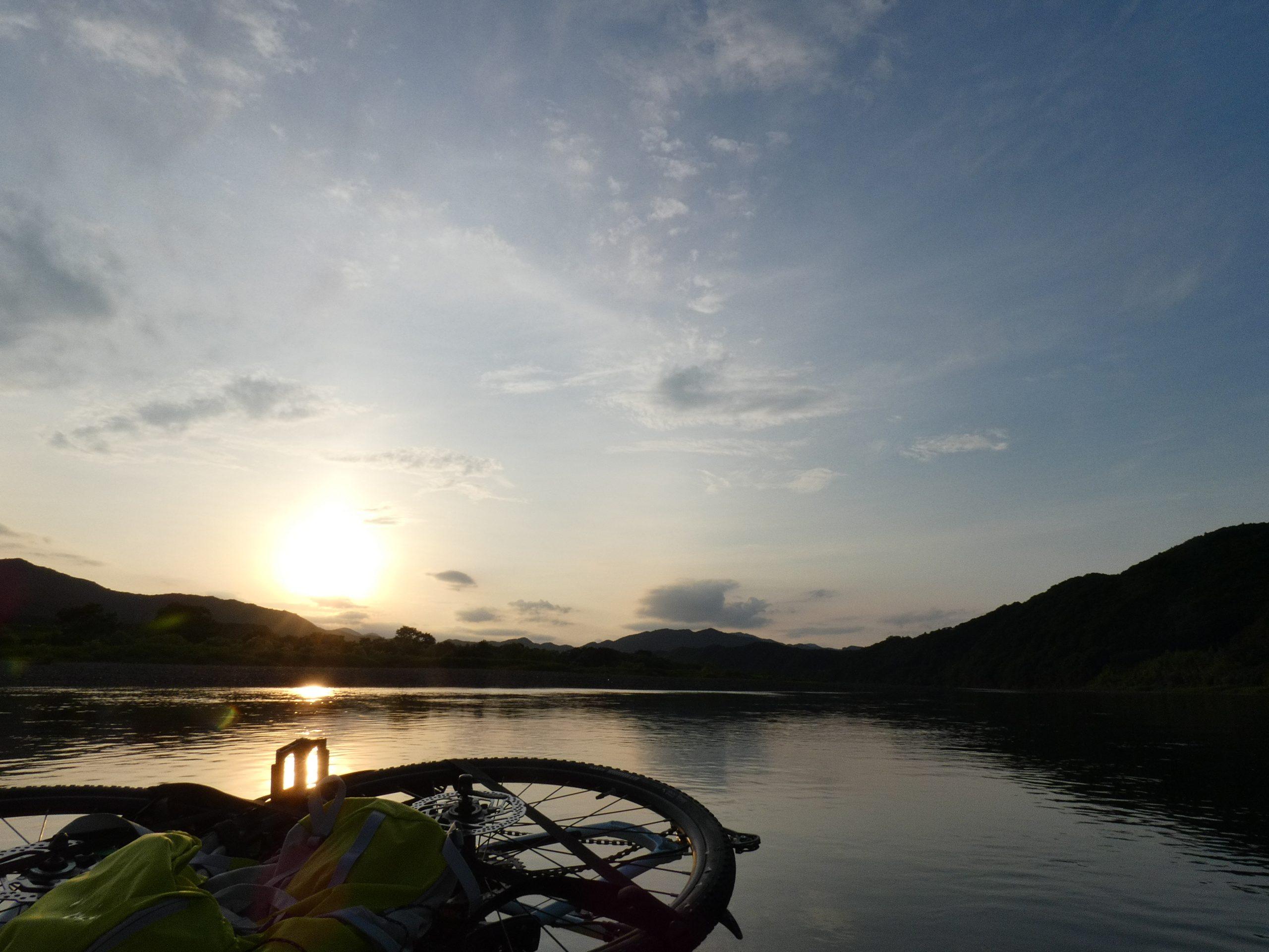 バイクラフティングで川から夕陽を眺めながら